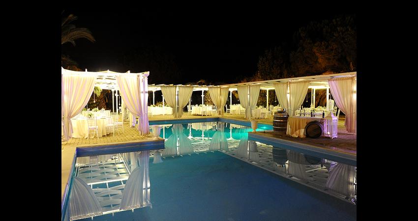 cascina-spiga-oro-bordo-piscina-sera.jpg
